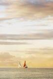 Deux voiliers sur la mer, le beau ciel et les nuages Images stock