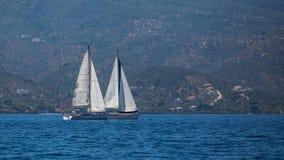 Deux voiliers sur paisible arrose toujours dans un port Voyage Photo libre de droits