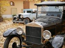 Deux voitures de cru dans l'arrière-cour en automne photos stock