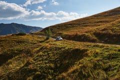 Deux voitures sur la route dans la montagne photos stock