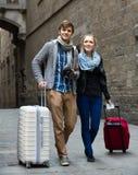 Deux voyageurs avec l'appareil photo numérique marchant par la rue de ville Image stock