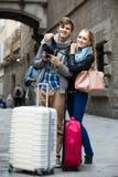 Deux voyageurs avec l'appareil photo numérique marchant par la rue de ville Images libres de droits