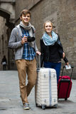 Deux voyageurs avec l'appareil photo numérique marchant par la rue de ville Photographie stock