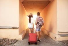 Deux voyageurs des vacances marchant autour de la ville avec le bagage Images libres de droits