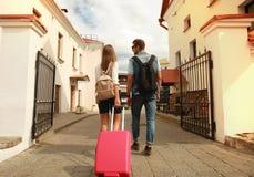 Deux voyageurs des vacances marchant autour de la ville avec le bagage Photographie stock libre de droits