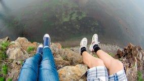Deux voyageurs s'asseyent sur la coupure par la mer photos stock