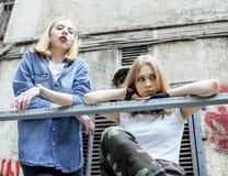 Deux vrais amies blonds frais faisant le selfie sur le dessus de toit, lif Images libres de droits
