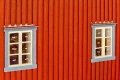 Deux Windows bleu en bois adjacent dans la vieille Chambre norvégienne avec la neige image libre de droits