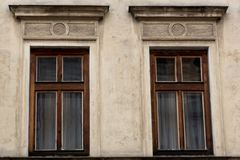 Deux Windows en bois brun sur la façade de la vieille maison sale Photo stock