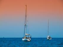 Deux yachts de ancrage images stock