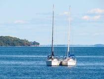 Deux yachts sur le lac Ontario, Canada Photo stock