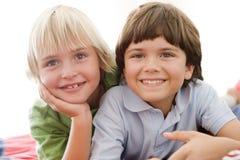 Deux Young Boys se couchant sur un bâti Image stock