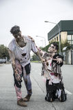Deux zombis masculins se tenant dans la rue vide de ville Image libre de droits