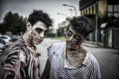 Deux zombis masculins se tenant dans la rue vide de ville Image stock