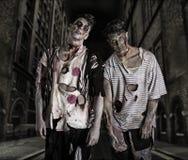 Deux zombis masculins se tenant dans la rue vide de ville Photographie stock libre de droits
