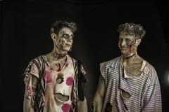 Deux zombis masculins se tenant et souriant Image stock