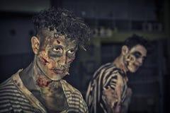 Deux zombis masculins se tenant extérieurs la nuit pour Halloween Images libres de droits