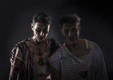 Deux zombis masculins se tenant sur le fond fumeux noir Photos libres de droits