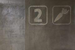 Deuxième étage peint sur un mur gris au stationnement Images stock