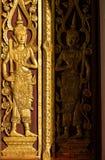 Deva de oro del estilo tailandés que talla con artesanía en la madera Fotos de archivo libres de regalías