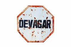 """""""Devagar† w portugalczyku, zwalnia lub wolno pisze w ośniedziałym, grungy starym drogowego ruchu drogowego znaku i białym i  Obrazy Stock"""