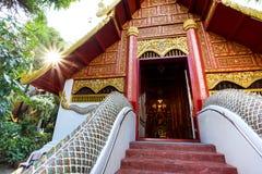 Devant la chapelle de Wat Phra Kaew Chiang Rai Images libres de droits