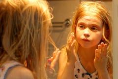 Devant le miroir Photos stock