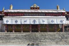 Devant le monastère de Drepung Photo libre de droits