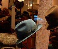 Devanture de magasin de boutique de chapeaux de vintage Atelier des chapeaux en Europe Boutique d'accessoires Photo stock