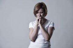 Devastated presionó la depresión sufridora lastimada gritadora de la sensación triste de la mujer en la emoción de la tristeza imagenes de archivo