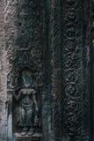 Devata-Skulptur ohne Kopf in Tempel Ta Prohm an Angkor-Komplex, Siem Reap, Kambodscha Stockbild