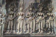 Devatas Um de muitos relevos de bas em Angkor Wat Temple Baixa de Siem Reap, Cambodia foto de stock
