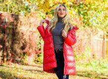 Deve ter o vestuário da queda Seja brilhante este outono Forma da estação do outono Revestimento do desgaste de mulher ou suporte imagem de stock