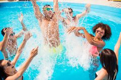 Devenez fou dans l'eau ! La division et disparaissent aliénée ! Touristes fous a Image stock