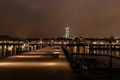 Deventer на взгляде ночи от другой стороны Ijssel Стоковая Фотография RF