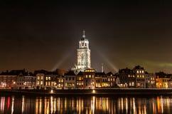 Deventer на ноче с Lebuinuschurch Стоковые Изображения RF