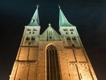 Deventer en la noche con la torre gemela Bergchurch Fotos de archivo