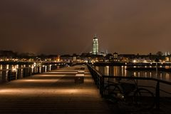 Deventer en la opinión de la noche del otro lado del Ijssel Fotografía de archivo libre de regalías