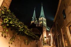 Deventer nachts mit dem Bergkerk stockbild