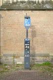 DEVENTER NEDERLÄNDERNA - DECEMBER 24, 2016: Avgiftbiljettparkingzone: en automatisk apparat som betalar för att parkera Royaltyfri Foto