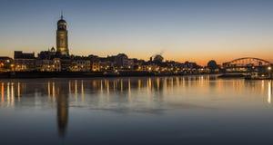 Deventer på IJsselen med kyrkan Royaltyfri Foto