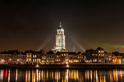 Deventer przy nocą z Lebuinuschurch obrazy royalty free