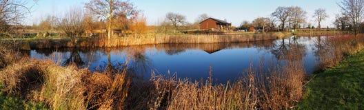 Dever entspringt Fishing See und Häuschen lizenzfreie stockbilder