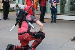 Dever, le Colorado, Etats-Unis - 1er juillet 2017 : La personne dans le costume de Deadpool se met à genoux pour une photo chez D Photo libre de droits