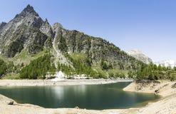 Devero sjö, vårsäsong - Italien Royaltyfria Bilder