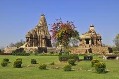 Devi Jagadambi Temple - laissé et temple de Chitragupta, temple occidental de Khajuraho, Madhya Pradesh, site de patrimoine mondia Photos stock