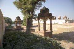 Devi Kund ?r en kunglig krematorium, bygger i det 18th 19th ?rhundradet f?r nd i minnet av kungliga konungar, prinsen och Queens  arkivbilder