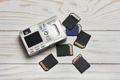 Deviazione standard dei flash card e macchina fotografica digitale compatta su di legno Immagini Stock