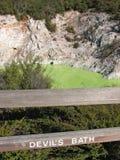 Devil& x27; bagno di s nel parco termico di Wai-O-Tapu, Nuova Zelanda immagini stock libere da diritti
