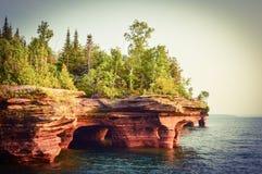 Devil& x27; la isla de s excava en las islas del apóstol en el lago Superior fotos de archivo